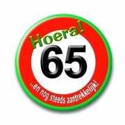 Button in vorm verkeersbord 65 jaar