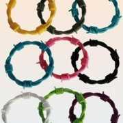 Gekleurde prikkeldraad armband