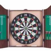 Dartbord in cabinet met 6 dartpijlen