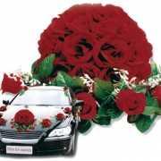 Rood bloemstuk voor de auto